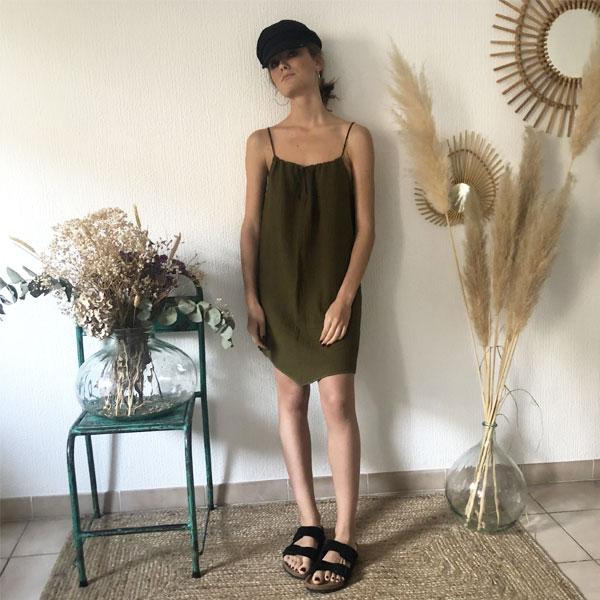 La robe LOU Unie IDA DEGLIAME olive, de la collection sauvage, est légère comme une seconde peau.