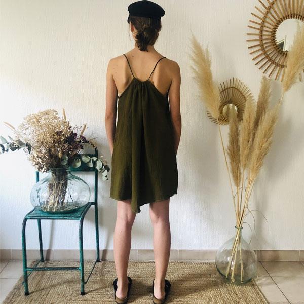 La robe LOU Unie IDA DEGLIAME olive se porte plus ou moins plissée en fonction de votre morphologie.
