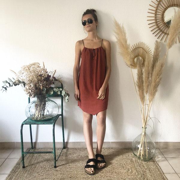 La robe LOU Unie IDA DEGLIAME terracotta, de la collection sauvage, est légère comme une seconde peau.