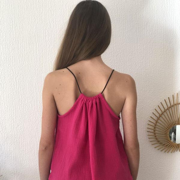 Le top LUCE IDA DEGLIAME couleur fuchsia, se règle grâce à son lien de cuir coulissant.