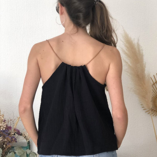Le top LUCE IDA DEGLIAME couleur noir, se règle grâce à son lien de cuir coulissant.