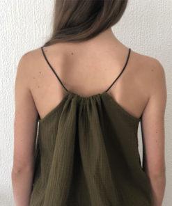 Le top LUCE IDA DEGLIAME couleur olive, se règle grâce à son lien de cuir coulissant.