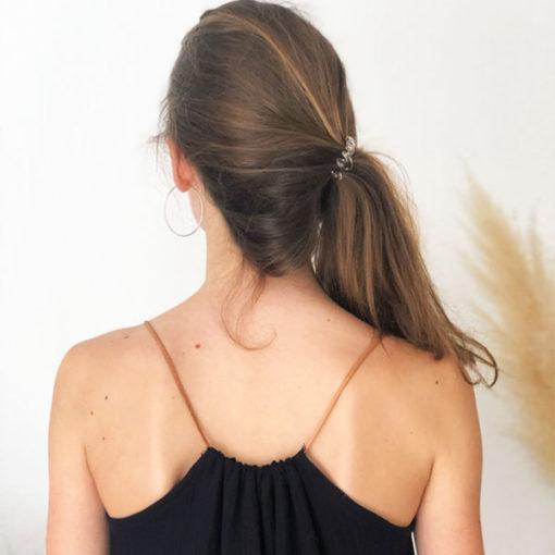 La robe longue ELA noire IDA DEGLIAME s'ajuste plus ou moins plissé en fonction de votre morphologie grâce à son lien de cuir coulissant.