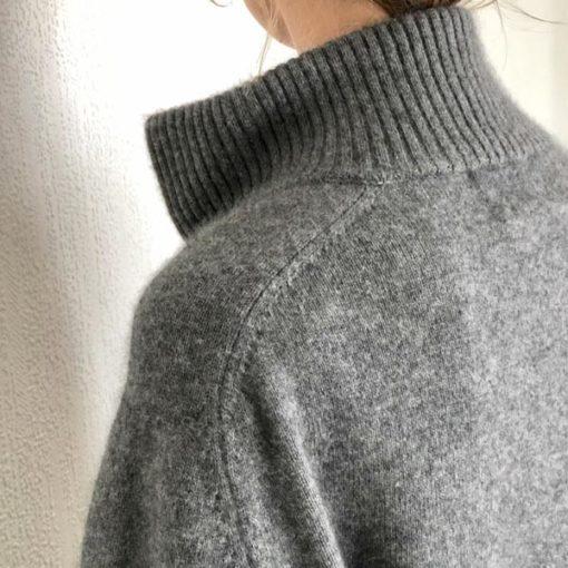 Le pull La Vareuse Amoureuse IDA DEGLIAME couleur gris se compose de 80 % cachemire, 15 % laine, 5 % viscose.