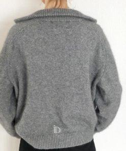 Le pull La Vareuse Amoureuse IDA DEGLIAME couleur gris vous offrira un style masculin féminin.