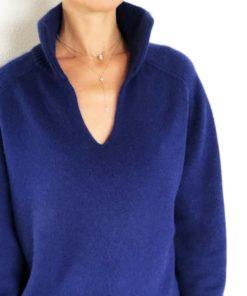 Le pull La Vareuse Amoureuse IDA DEGLIAME couleur marine léger est une taille unique, correspondant à une taille M.