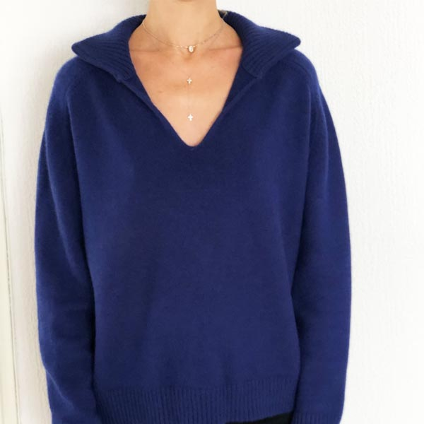 Le pull La Vareuse Amoureuse IDA DEGLIAME couleur marine léger vous offrira un style masculin féminin.