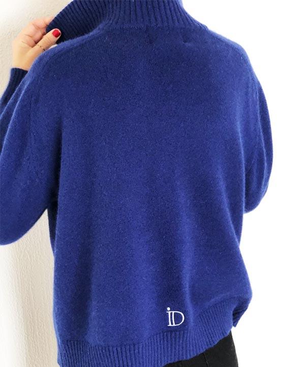 Le pull La Vareuse Amoureuse IDA DEGLIAME couleur marine léger se compose de 80 % cachemire, 15 % laine, 5 % viscose.