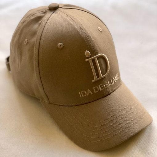 Pour un style urbain, chic, décontracté, sportif ou androgyne, optez pour la casquette ID IDA DEGLIAME à la forme base-ball. Taille unique,unisexe,réglable.100% coton.