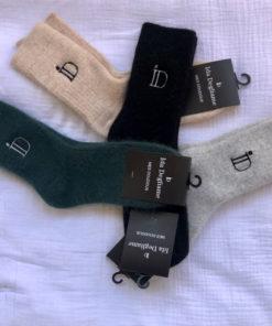 Les chaussettes MES DOUDOUS IDA DEGLIAME, toutes douces et chaudes, existent en noir, beige, gris clair et vert chrome.Taille unique. Unisexe.