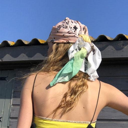 Le foulard 80 IDA DEGLIAME peut se porter en bandana sur la tête