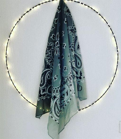 Le foulard 80 IDA DEGLIAME est un grand foulard en voile de coton, proposé en deux imprimés intemporels : Bandana et Léopard. Dimension : 100 cm X 100 cm.