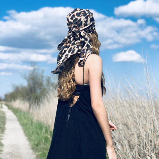 Le foulard 80 IDA DEGLIAME Léopard peut se porter en bandana