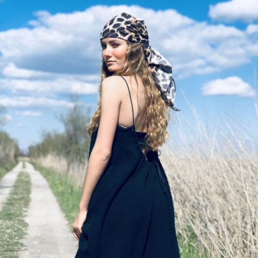 Le foulard 80 IDA DEGLIAME peut se porter en bandana sur la tête version Léopard