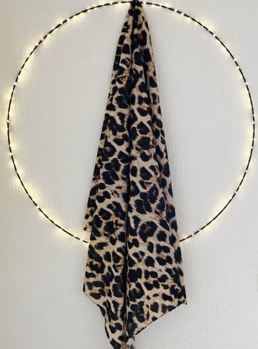 Le foulard 80 IDA DEGLIAME est proposé en deux imprimés intemporels : Bandana et Léopard