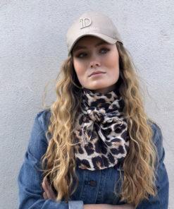 Avec la Casquette ID, le foulard 80 Léopard IDA DEGLIAME vous apportera une touche chic