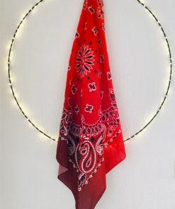 Autour du cou, sur la tête ou en petit paréo, le foulard 80 IDA DEGLIAME sera votre incontournable.