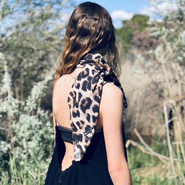 La robe dos nu CALI IDA DEGLIAME est vendue avec deux liens de cuir (naturel & noir) ainsi que son passe cordon.