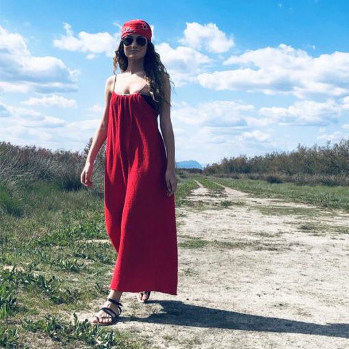 La robe dos nu CALI est fluide et légère grâce à sa forme aérienne et sa matière : la gaze de coton. Taille unique. Existe en noir, rouge, kaki.