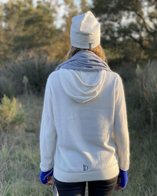 Détail chic pour le Pull Mon Hoodie Chéri IDA DEGLIAME écru : le logo ID noir en bas du dos