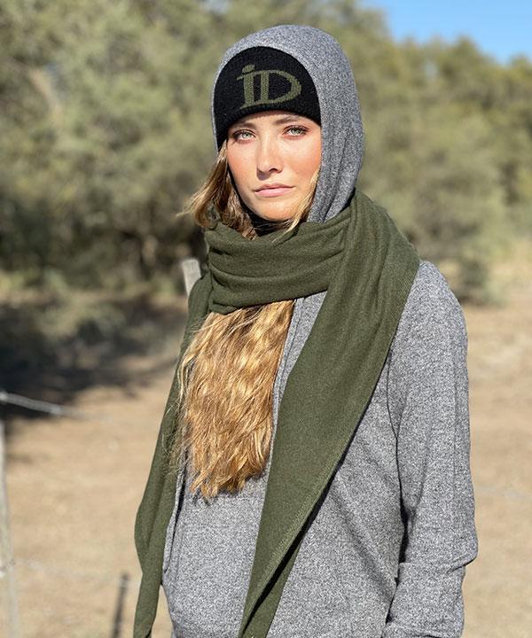 Le pull Mon Hoodie Chéri existe en gris et peut s'associer avec l'écharpe Romy Kaki