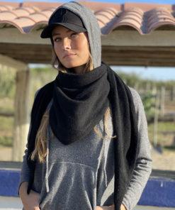 Le pull Mon Hoodie Chéri existe en 7 coloris : noir, gris, écru, jaune, rouge, camel, vert foncé.