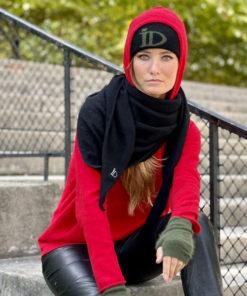 Le pull Mon Hoodie Chéri IDA DEGLIAME existe en rouge et peut s'associer à l'écharpe Romy noir