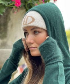 Le pull Mon Hoodie Chéri IDA DEGLIAME existe en vert foncé et peut s'associer au bonnet Abysse écru