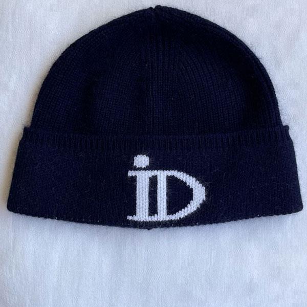 Le bonnet ABYSSE IDA DEGLIAME existe en 7 coloris : Nude logo écru, Écru logo camel, Marine logo écru, Noir logo écru, Noir logo camel, Noir logo kaki, Noir logo gris anthracite.